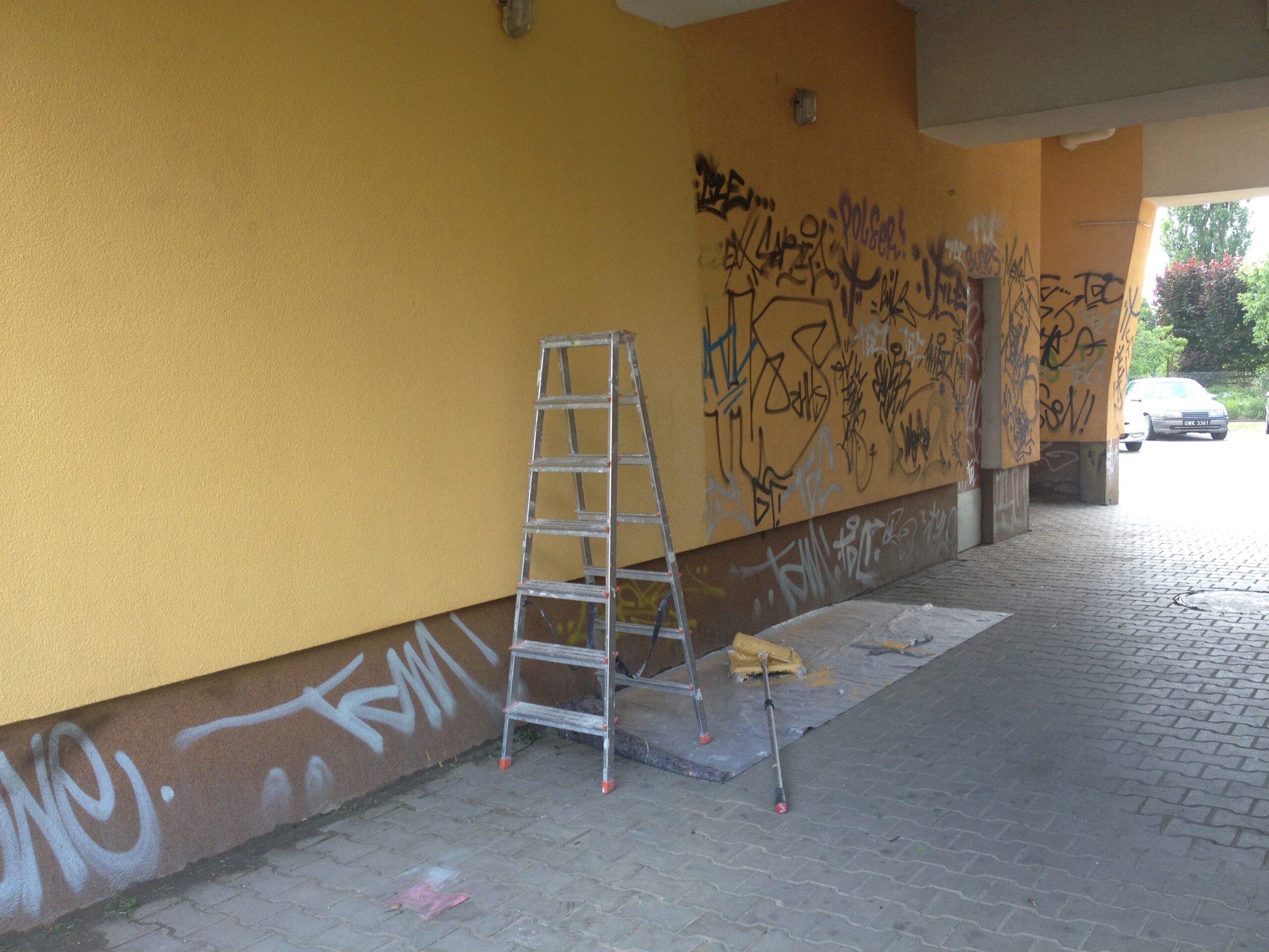 Znikają szpecące graffiti na Pomorzanach.